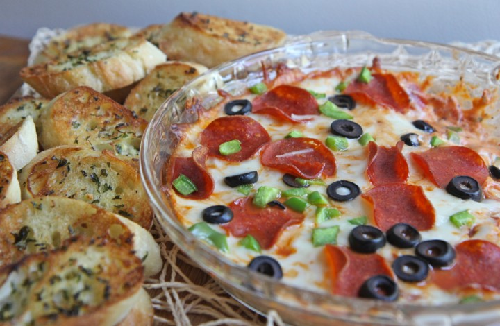Hot Pizza Dip w/ Toasted Garlic Baguettes
