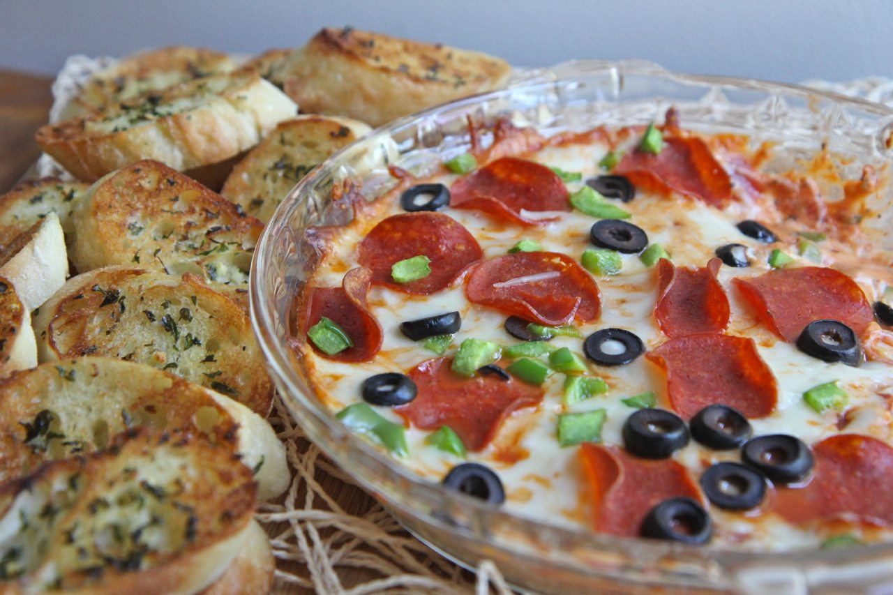 Hot Pizza Dip Recipe w/ Toasted Garlic Baguettes | Divas Can Cook